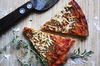 vegane Salami Pizza geschnitten