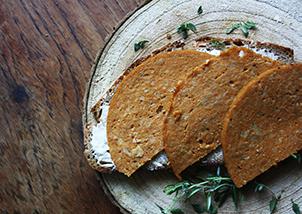 vegane Salami auf Brot